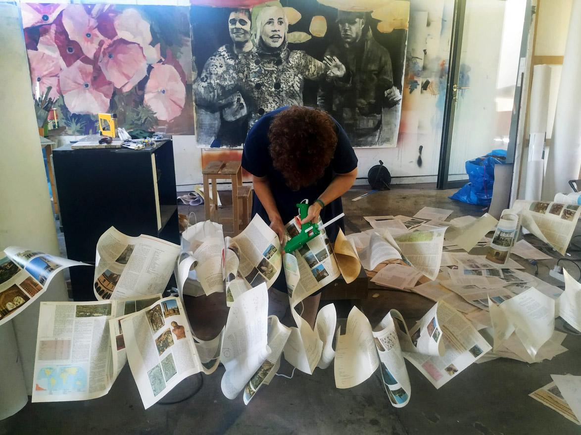 Pilar Alonso comeza a montaxe da súa intervención artística na Aula COVID de Tomiño